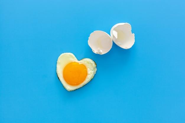 Oeuf de poule en forme de coeur brisé avec coquille