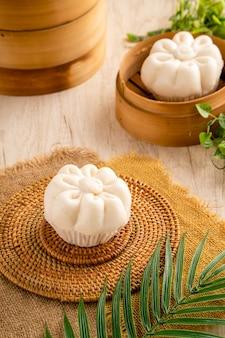 Oeuf salé à la vapeur baozi ou bakpao est un type de petit pain fourré au levain dans diverses cuisines chinoises