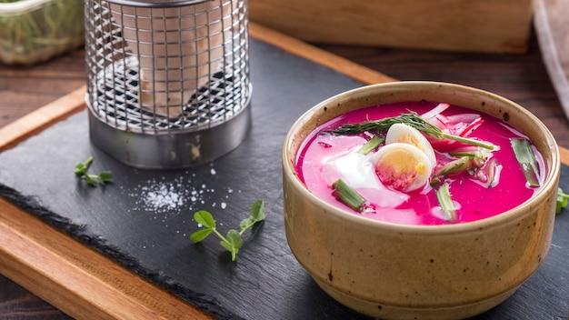 Oeuf de soupe de betterave rouge, oignon et concombres. soupe froide de betterave