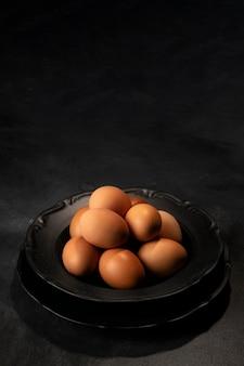 Oeufs à angle élevé dans un bol avec copie-espace
