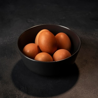 Oeufs à angle élevé dans un bol