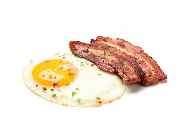 Oeufs au plat et bacon aux épices isolés