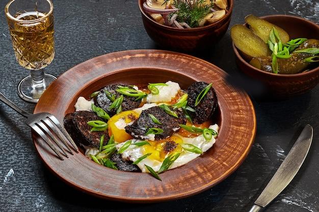 Oeufs au plat avec boudins cornichons champignons et liqueur