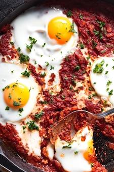 Oeufs au plat avec une sauce tomate