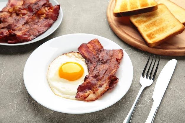 Oeufs et bacon pour le petit déjeuner