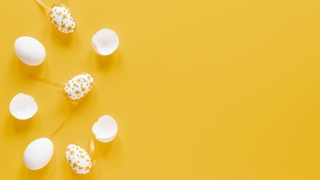 Oeufs blancs avec copie-espace