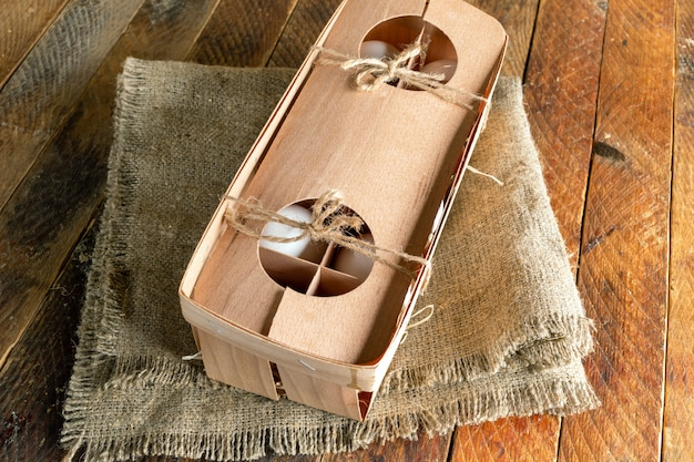 Œufs blancs dans une boîte d'emballage en bois respectueuse de l'environnement