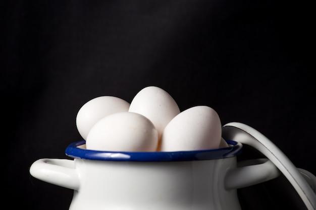 Oeufs blancs dans un pot blanc