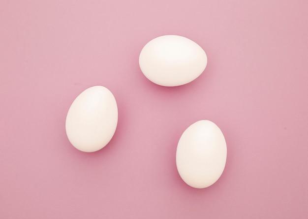 Œufs blancs de poulet. vue de dessus.