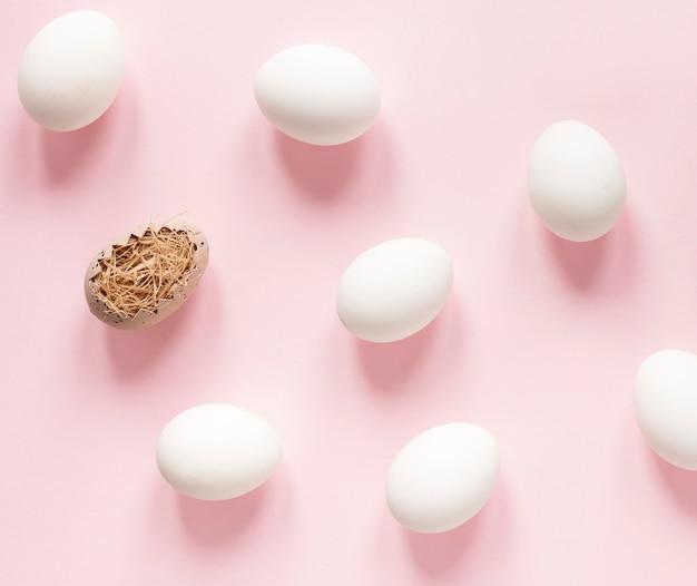 Oeufs blancs prêts à être peints pour pâques