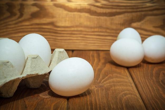 Les œufs blancs sont empilés dans le bac
