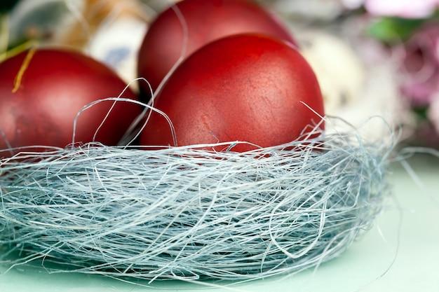 Oeufs de branches de saule en fleurs pour la célébration de pâques, gros plan sur des éléments festifs