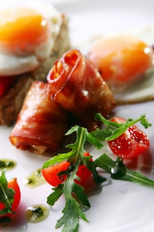 Œufs brouillés au bacon et au vert