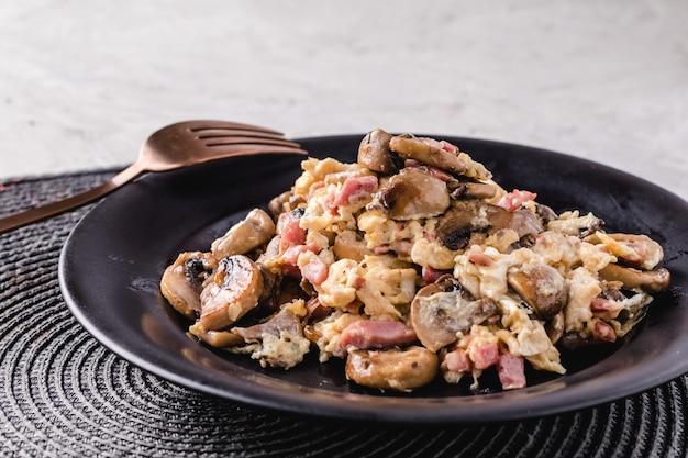 Oeufs brouillés aux champignons et jambon. plat espagnol