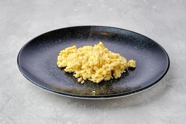 Oeufs brouillés classiques sur une assiette