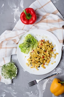 Oeufs brouillés et salade de légumes vue de dessus