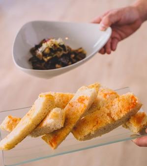 Oeufs brouillés spectaculaires avec champignons et pousses dans un restaurant gastronomique européen