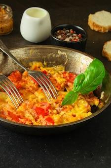 Oeufs brouillés à la tomate, petit déjeuner délicieux et sain, menu. aliments. fond