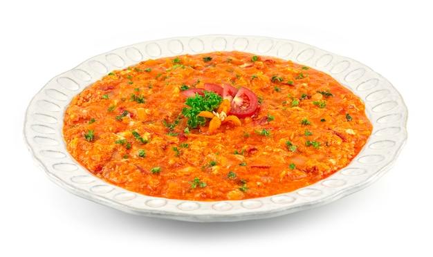 Oeufs brouillés turcs de menemen avec des tomates, de l'oignon et du poivre cuits dans un plat de petit-déjeuner à l'huile d'olive populaire en turquie