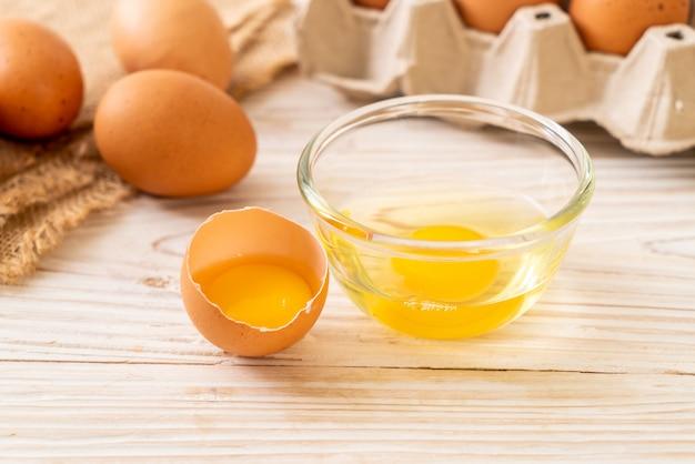 Œufs bruns avec un jaune cassé et un œuf