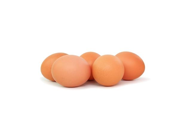 Oeufs bruns de poulet isolés sur blanc