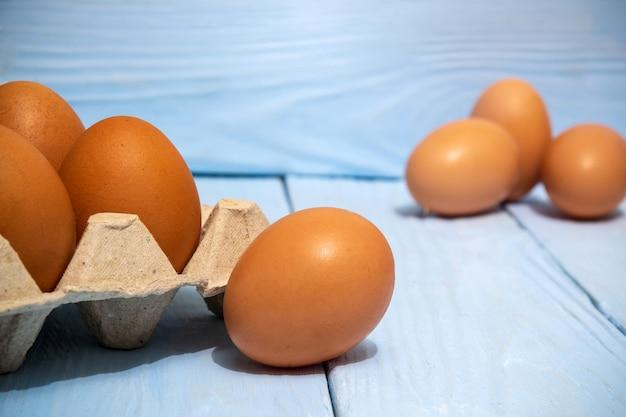 Les œufs bruns sont empilés dans le bac