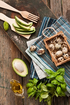 Œufs de caille, avocat et ingrédients verts frais pour la salade de printemps. aliments diététiques sains