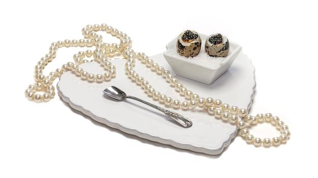 Oeufs de caille bouillis au caviar pour la saint valentin sur fond blanc