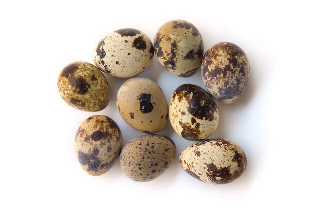 Œufs de caille bouillis vue de dessus isolé