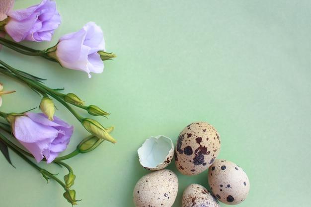 Œufs de caille et un bouquet de fleurs de printemps