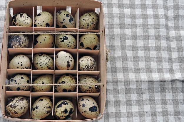 Oeufs de caille dans une boîte en bois. oeufs de caille faits maison. eco food