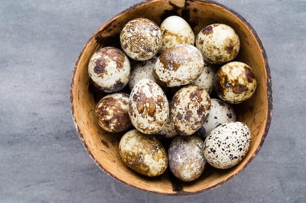Oeufs de caille dans le nid, symbole du printemps.