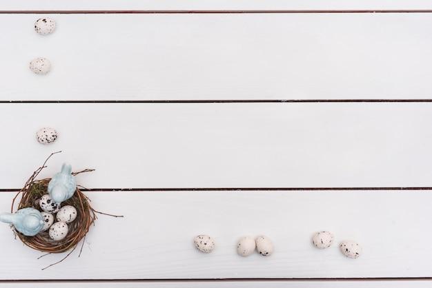 Oeufs de caille dans nid sur table