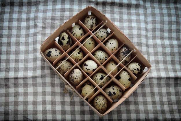 Œufs de caille dans un plateau en bois.