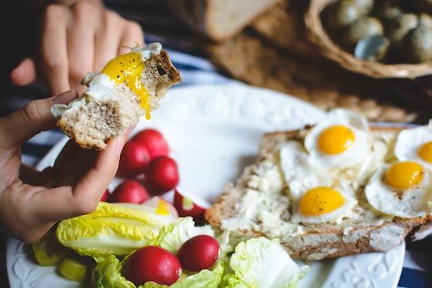 Des oeufs de caille sur du pain avec du beurre