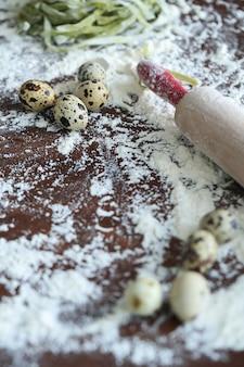 Oeufs de caille avec de la farine sur le vieux fond.
