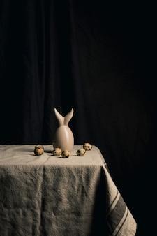 Œufs de caille et figure abstraite sur la serviette