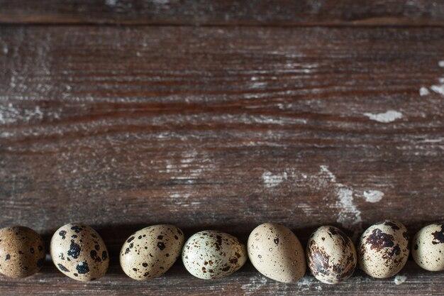 Oeufs de caille sur table en bois