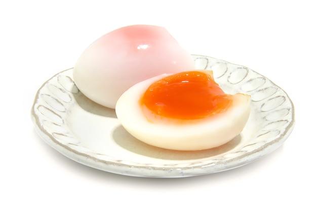 Œufs de canard moyennement cuits et temps utilisé jusqu'à 5 minutes sur une assiette blanche