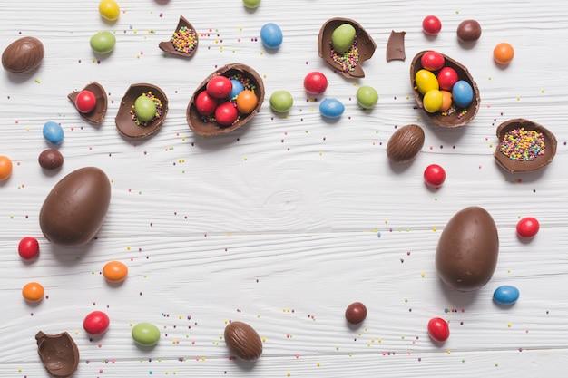 Oeufs en chocolat avec des bonbons et des paillettes