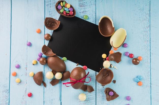 Oeufs en chocolat avec du papier noir