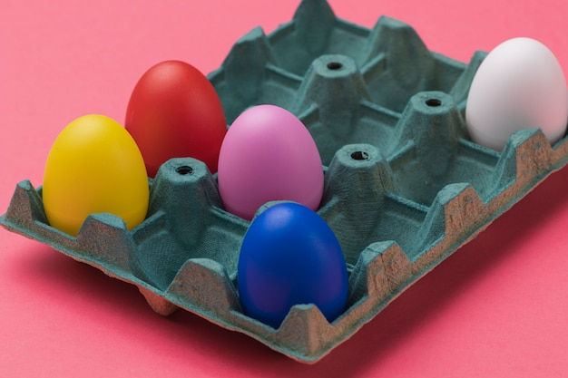 Oeufs colorés à angle élevé dans le coffrage