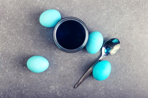 Œufs colorés, une boîte de colorant alimentaire, préparation pour la coloration à pâques.