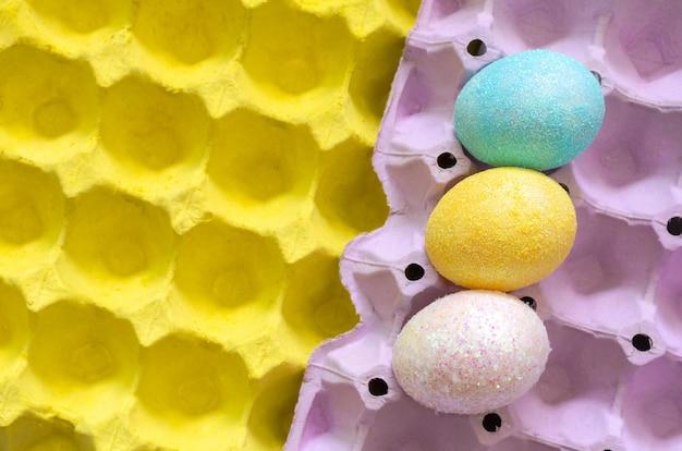 Des oeufs colorés décorent avec des paillettes pour le jour de pâques.