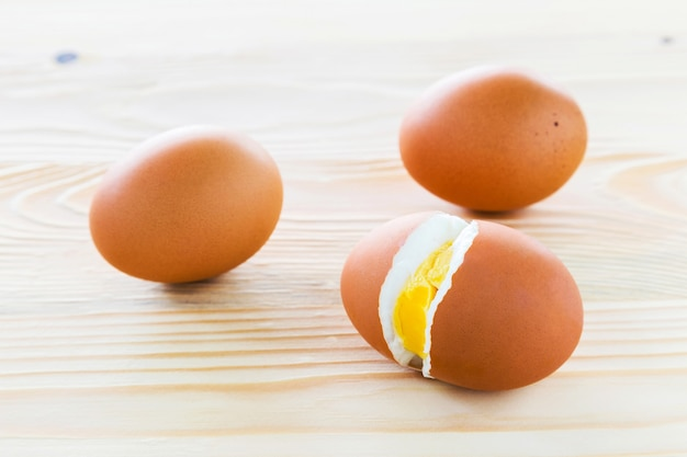 Œufs à la coque, trois oeufs sont doublés.