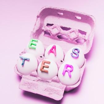 Oeufs décorés de lettres pour la fête de pâques