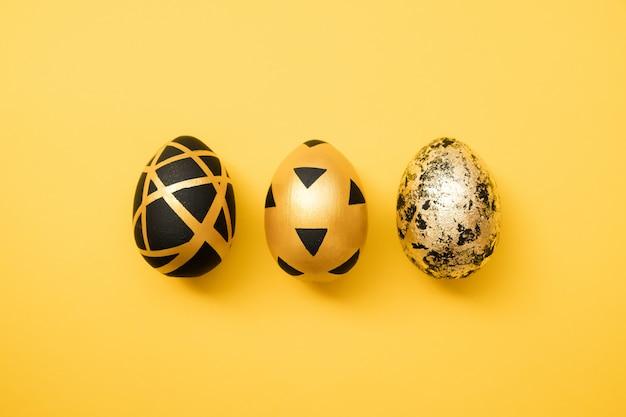 Oeufs décorés de pâques doré sur fond jaune