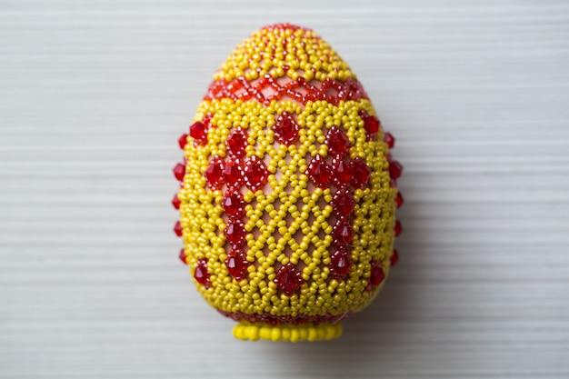 Oeufs décorés de petites perles