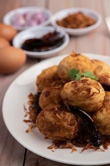Oeufs durs sautés avec sauce au tamarin.