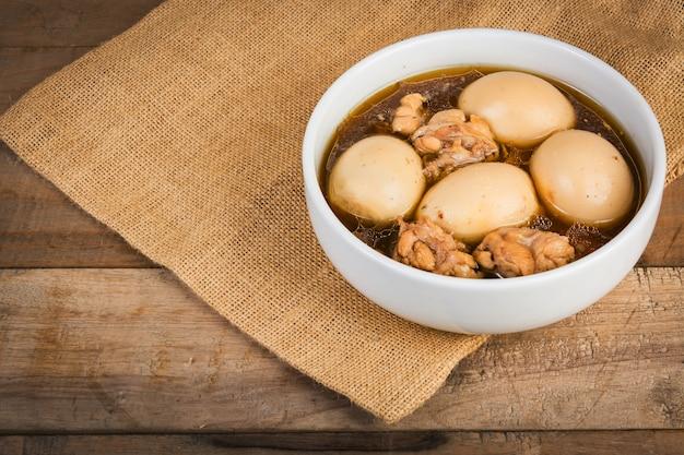 Œufs à l'étouffée ou œufs à la sauce brune préparés avec des plats thaïlandais et des épices